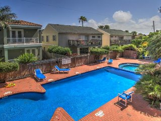 Spacious oasis near the beach w/ private balcony, shared pool & hot tub!, South Padre Island