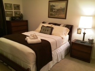Private Room with Full Bed in Phoenix West, Waddell