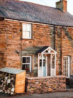2 BRYN TIRION, romantic retreat, outstanding views, woodburning stove, in Llan F