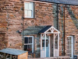 2 BRYN TIRION, romantic retreat, outstanding views, woodburning stove, in Llan