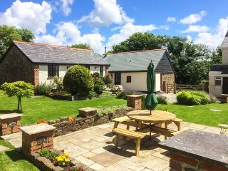 WAGTAIL, pet-friendly single-storey cottage in courtyard, Bradworthy Ref 18569