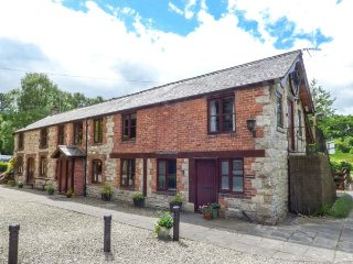 THE LONG BARN, ground floor, en-suite, close to walks and pub, Nannerch, Ref