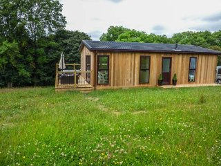 BRIDGE LODGE, hot tub, all ground floor, open plan, rural setting, Bridgnorth