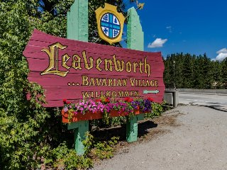 Cozy, laid-back condo, one block from downtown Leavenworth - dogs welcome!