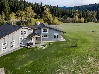 Beautiful & spacious riverfront estate w/ private hot tub. Dogs welcome!, Leavenworth