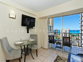 Great ocean-view one-bedroom with central AC; 5 min walk to beach, sleeps 2., Honolulu
