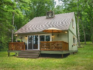Charming Lake Front Cottage with Private Dock!, Swanton