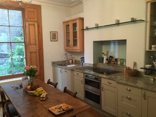 Elegant, Spacious with Private entrance and garden, London