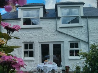 Traditional stone cottage, 5 minute walk to beach