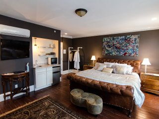 The DWIGHT D, a city house hotel: Guest room 3F