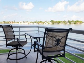 Gorgeous 2BR/2BA Corner Unit Overlooking Waterway!, St. Petersburg