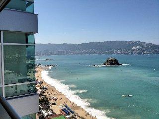 Luxury Modern Condo steps to the beach of Acapulco