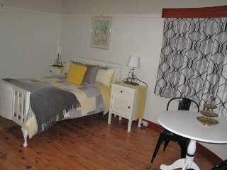 Art Deco Comfort - Stylish & Spacious Room, Wodonga