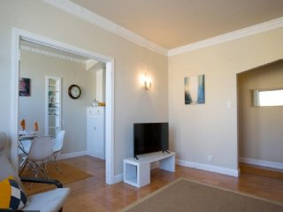 SPACIOUS AIRY ART DECO FLAT IN SUNSET, Forest Knolls