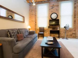 BEAUTIFULLY FURNISHED AND COMFORTABLE STUDIO LOFT, Chicago