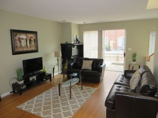 STYLISH 2 BEDROOM 1.5 BATHROOM FURNISHED TOWNHOUSE, Chicago
