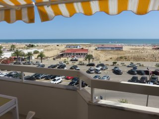 2-bed apt discount for long stays Wifi+linens+park+AC, Monte Gordo