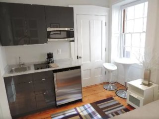Bright and Sunny Studio Apartment in Beacon Hill - With Kitchenette, Boston