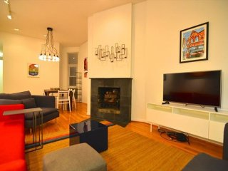 Furnished 3-Bedroom Apartment at N Wells St & W St Paul Ave Chicago