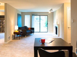 SOPHISTICATED FURNISHED 3 BEDROOM, 1 BATHROOM APARTMENT, Lake Forest Park