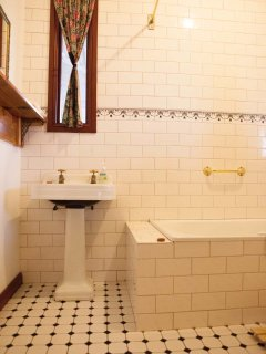 Cellar Cottage bathroom
