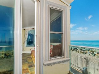 Luxury Oceantfront rental, 5br/4ba, Spa,Huge Kitchen,Designer Decorated & A/C, Oceanside