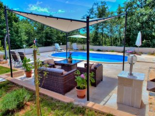Villa Lucia with outdoor swimming pool and peaceful surroundings, Vodnjan