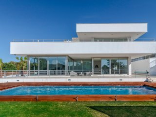 stylish VILLA-BLANCA sleeps 14, original art nr world-class golf, polo & sailing