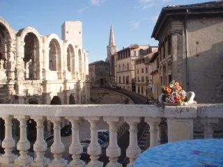 Face aux Arènes - Monument romain dans la cave, Arles