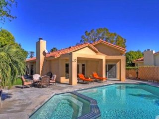 Palm Desert Oasis Sleeps 6 + Pool just blocks from