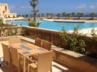 Fort Chambray apartment with views and pool - D, Ghajnsielem