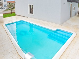 Spacious house with swimming pool, Vodice