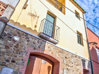 Classic house with a furnished balcony, Rabós d'Empordà