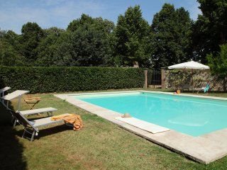 House with pool surrounded of a large park near Old Florence City Center
