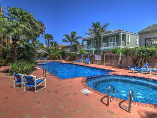Beachy condo w/ shared pool & hot tub, walk to the beach & more!, Port Isabel
