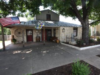 Pioneer Haus - Walking Distance to Main Street, Fredericksburg