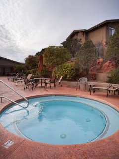 Desert Resort 2 Bedroom with pool and hot tub, bbq/pinic area close to hiking