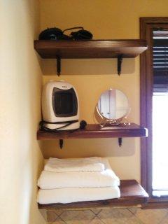 Detalles del baño, secador, calefactor, espejo aumento, toallas
