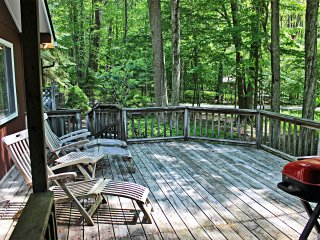 Renovated Chalet w/ Lake Access and Golf Cart, Lago Pocono