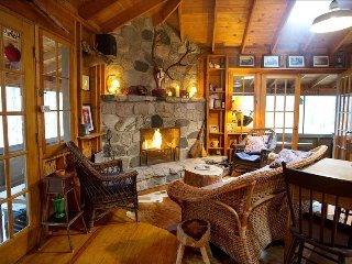 Charming Cabin in the woods-1/2 mile walk to beach