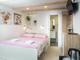 Lavender Garden Apartments - Double Room (Ground Floor)