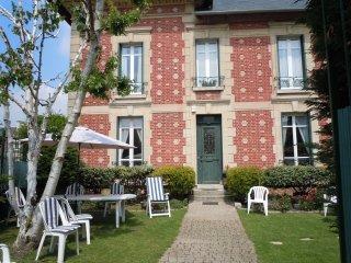 LES-CHENEVIS Chambres d'hôtes B&B / MORISOT, Jouy-le-Moutier