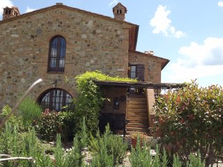 Traditional Tuscan-style country house with beautiful pool area, lush gardens and great views, sleeps 4