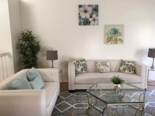 SPACIOUS AND BEAUTIFULLY FURNISHED 3 BEDROOM, 2 BATHROOM HOME, Costa Mesa