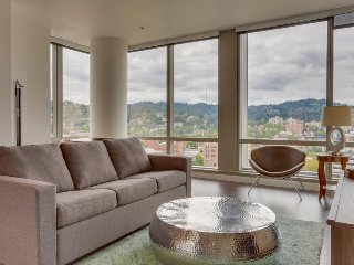 Beautiful & dog-friendly downtown Portland condo w/ panoramic views!