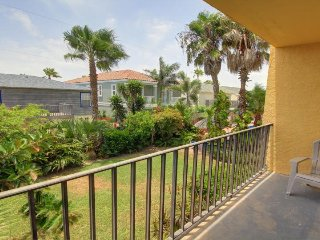Cozy Texas condo w/shared hot tub & pool, near beach access, nightlife & more!