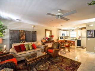 Duval Square Retreat: A beautiful condo steps from the action, Key West