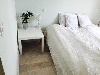 El segundo dormitorio con cama de matrimonio