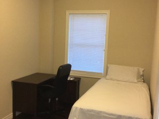 Privat single room perfect for student or business traveler in a shared house, Kitchener