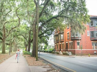 Well Appointed Row Home Looking Out On Beautiful Forsyth Park, Savannah